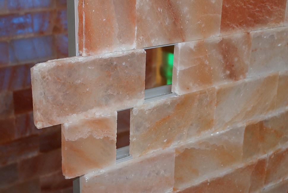 Монтаж гималайской соли в сауне